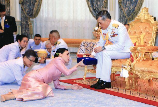 Kuningashuone jakoi kuvia vihkiseremoniasta. Tässä kuningas antaa lahjaa vaimolleen kuningatar Suthidalle.