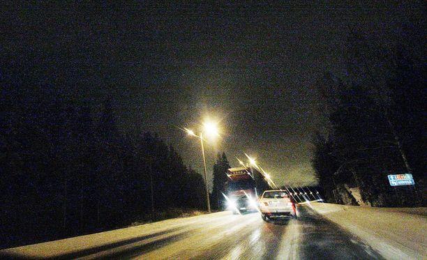 Kun auto pysähtyy talviyöhön, niin apu on tarpeen. Kännykkäkin voi hyytyä.