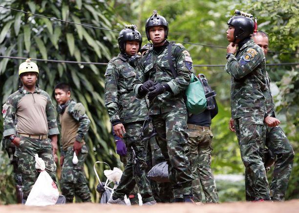 Thaimaan armeijan sotilaat kuljettavat sukellus- ja pelastusvälineitä lähellä luolan suuta.