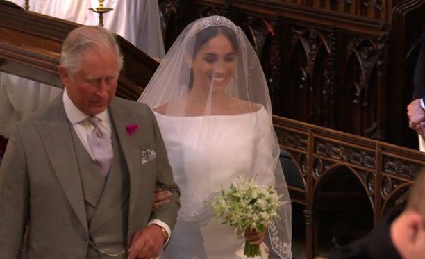 Prinssi Charles, prinssi Harryn isä, saattoi Meghan Marklen alttarille.
