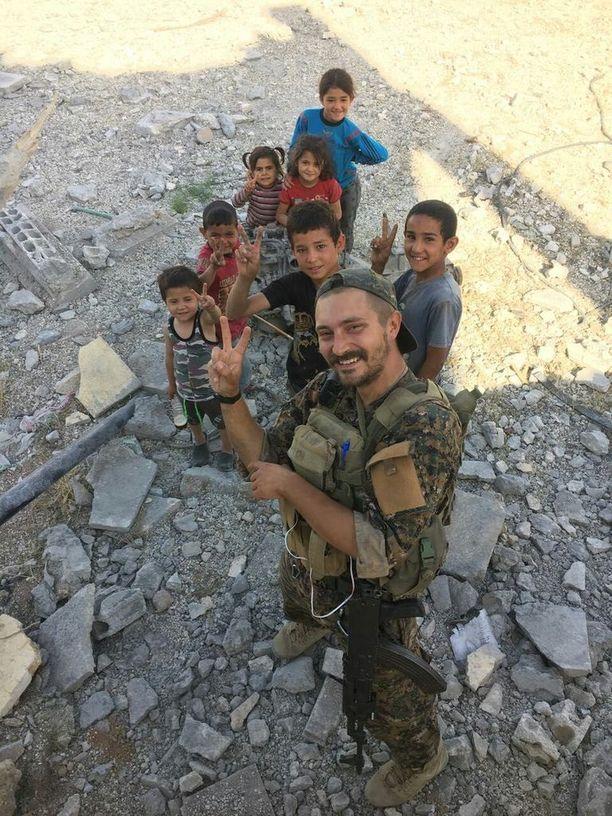 """""""Lähden Raqqaan. Elämä mitataan teoissa, ei vuosissa"""", Bagok kirjoitti saadessaan siirron Tabqasta."""