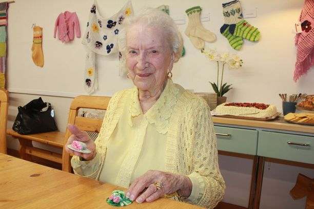 Ensi kuussa 97 vuotta täyttävä Aune Koutonen tekee edelleen tarkkaa käsityötä vaativia miniatyyrihattuja.