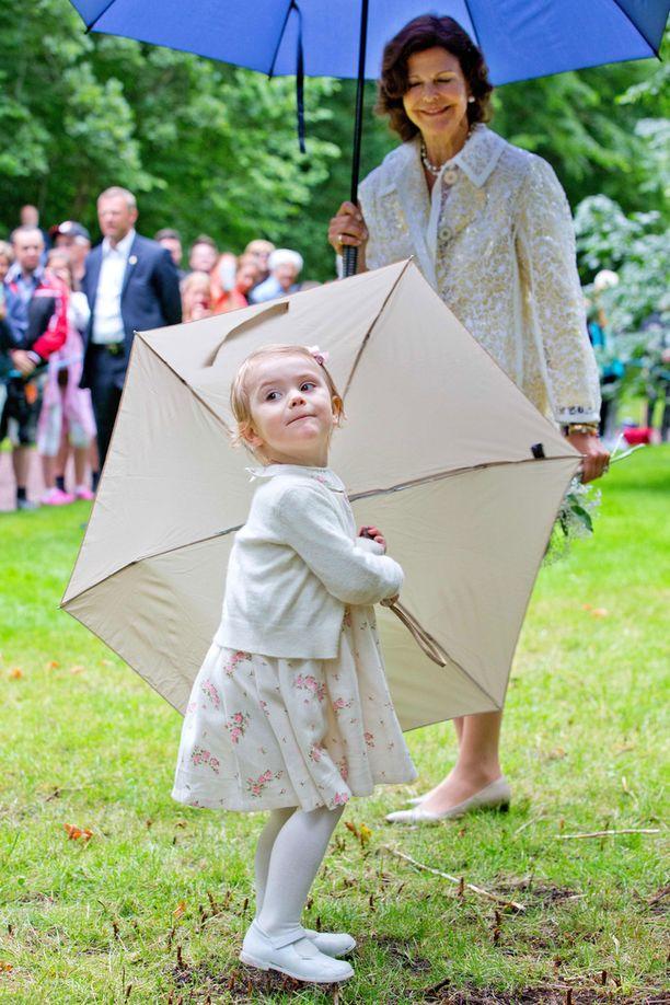Ilmeikäs Estelle vauhdissa sateenvarjon kanssa kesällä 2014.