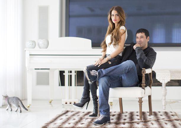 Gilbert Chikli poseeraa vaimonsa Shirlyn kanssa heidän Israelissa sijaitsevassa luksuskodissaan. Kuva on vuodelta 2016.