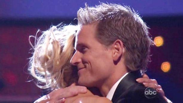 Pamela ja tanssipari Damian Whitewood jakoivat lämpimän halauksen tuloksen selvittyä.