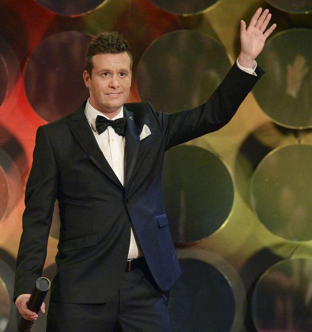 Erikoinen episodi nähtiin lauantaina. Moni katsomossa huomasi heti, että lavalla ollut mies muistutti Carreytä vain etäisesti.