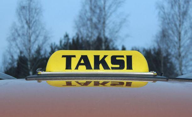 Aiemmin liikennekaarena tunnettu mietintö ehdottaa hallituksen esitykseen verrattuna esimerkiksi taksinkuljettajan ajolupaan lisävaatimuksia.
