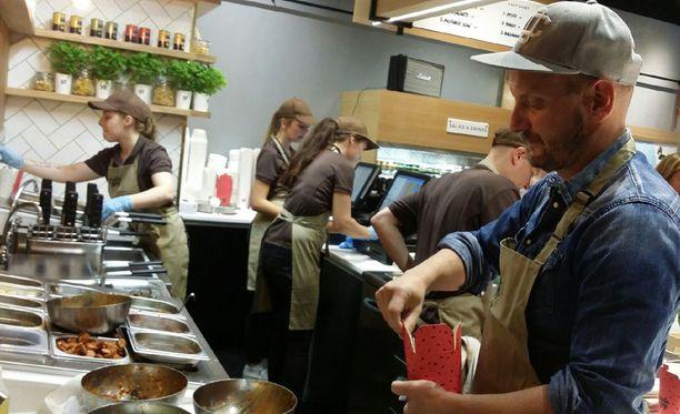 Pasta boxin tomaattikastikkeen valmistamiseen menee monta tuntia, Hans Välimäki kertoo.