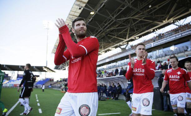 Tuomas Aho harjoittelee HIFK:n kanssa.