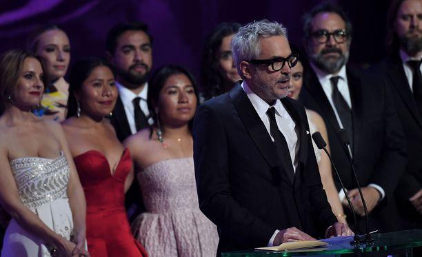Kuvassa Roma-elokuvan ohjaaja Alfonso Cuaron (edessä oikealla), elokuvan pääosan esittäjä Yalitza Aparicio (keskellä punaisessa juhlapuvussaan) ja elokuvassa sivuosaa esittävä Marina de Tavira (vas.) Bafta-gaalassa Lontoossa sunnuntaina 10.2.2019.