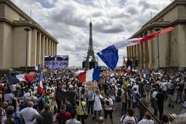 Tuhansia mielenosoittajia kokoontui Trocadero-aukiolle Pariisissa lauantaina 24. heinäkuuta.
