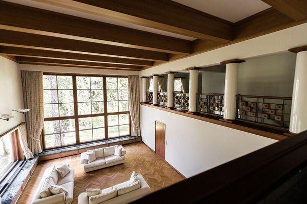 Porvoolaisessa talossa on valtava 90-neliöinen kahden kerroksen korkuinen olohuone.