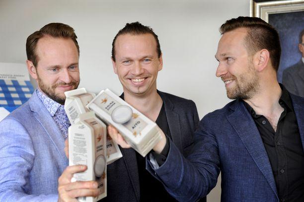 Tuomas, Juha-Petteri ja Matti Kukkonen esittelevät kaurajuomaa Kauppalehden jutussa kesäkuussa 2017.