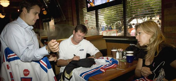 Wayne Gretzky jakoi nimmareita katulätkätapahtumassa viime viikonloppuna Torontossa.