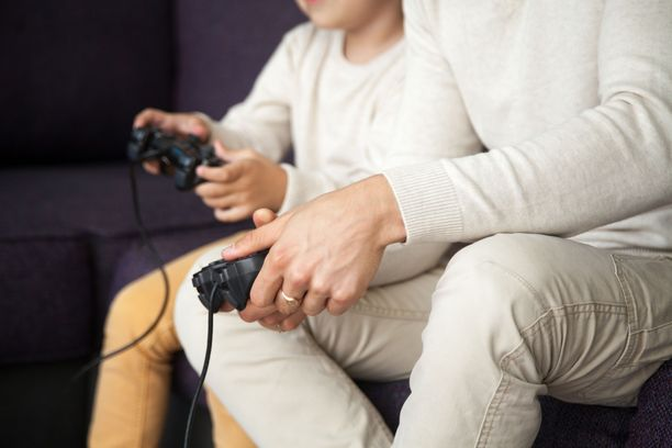 Pelaamista ei tarvitse kieltää kokonaan, vaan pelata voi myös lasten kanssa yhdessä.