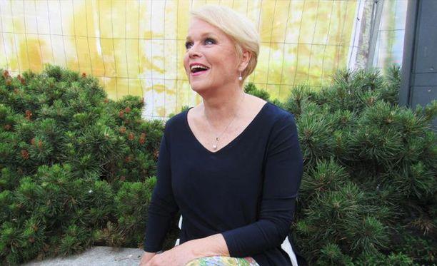 Katri Helena, 71, hurmasi kukkahousuissa ja sinissä korkokengissä Tammerkosken sillalla -tapahtumassa Tampereella. Hitit soivat kesäyössä ja kansa viihtyi.