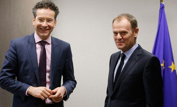 Euroryhmän puheenjohtaja Jeroen Dijsselbloem (vas.) osallistui maanantaina euromaiden valtiovarainministereiden kokoukseen Brysselissä. Oikealla Eurooppa-neuvoston puheenjohtaja Donald Tusk.