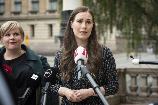 Keskustan puheenjohtaja, tiede- ja kulttuuriministeri Annika Saarikko ja SDP:n puheenjohtaja, pääministeri Sanna Marin vastasivat toimittajien kysymyksiin Säätytalon portailla viime syyskuussa.