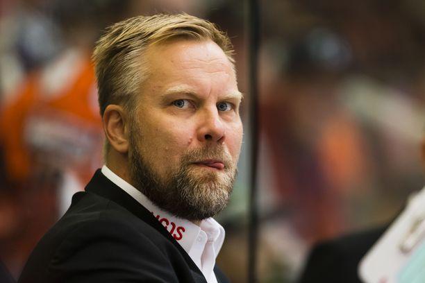 """Soiko Oulussa ensi kaudella """"Mamba""""? Mikko Manner pohtii uransa jatkoa Kärppien luotsina."""