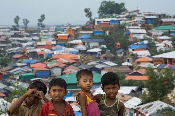 Rohingya-lapsia Bangaldeshin Cox's Bazarissa pakolaisleirillä. Kuva on otettu lokakuussa.
