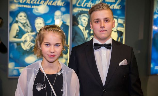 Alisa Vainio saapui Urheilugaalaan isoveljensä kanssa.