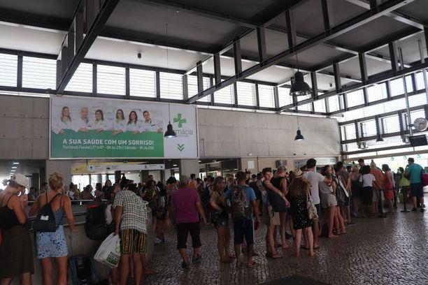Lissabonin kuumuutta pakenevat turistit täyttivät paikallisen Cais do Sodren juna-aseman.