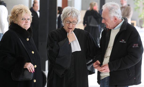Pierre Le Guennec puhuu vaimonsa Daniellen (vas.) ja asianajajansa Evelyne Reesin kanssa.
