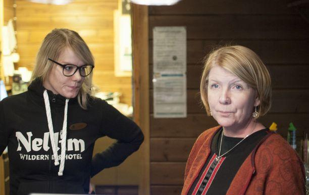 Lotta Hämäläinen (vasemmalla) ja Katariina Turunen luulivat työpaikkansa eli Nellimin erähotellin räjähtäneen.