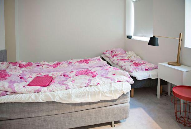Alakerran makuuhuoneessa on makuupaikat kolmelle.