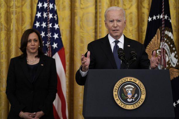 Joe Bidenin hallinto luopui kaasuputkiyhtiön pakotteista. Taka-alalla varapresidentti Kamala Harris.