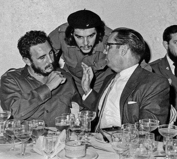 Castro, Che Guevara ja Kuuban presidentti Osvaldo Dorticos vuonna 1960.