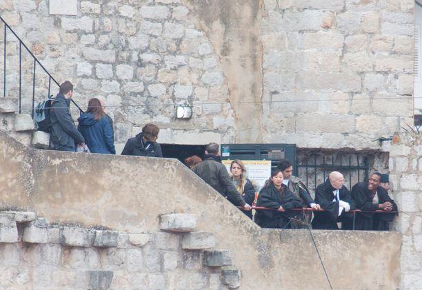 Kuvausryhmä, näyttelijät ja lukuisat avustajat ovat jo saapuneet kaupunkiin.