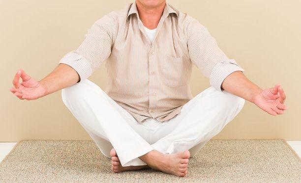 Hääpäiväänsä viettämässä ollut noin 70-vuotias mies oli mennyt Honolulusta Tokioon palaamassa olleen koneen takaosaan joogaamaan ja meditoimaan, vaikka hänen olisi pitänyt istua omalla paikallaan ruokailun ajan. Kuvituskuva.