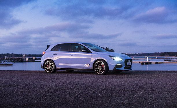Hyundai itse painottaa i30N:n mainoksissa auton tunnepuolta. Lupaukset on kieltämättä onnistuttu lunastamaan.