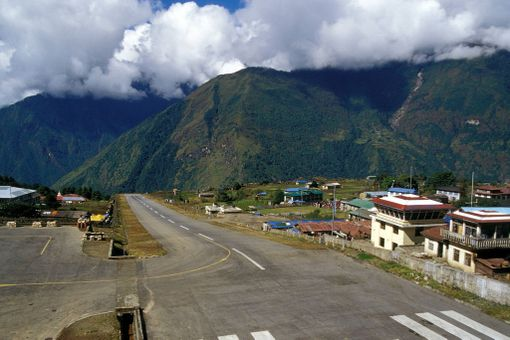 Nepalilaisen lentokentän olosuhteita hankaloittaa myös oikukas sää. Joskus sankka sumu pitää koneet maassa.