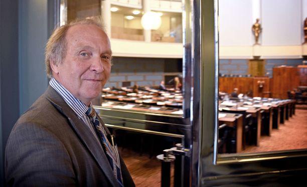 Kohukansanedustaja Teuvo Hakkarainen (ps) keskiviikkona matkalla ensimmäiseen eduskunnan täysituntoon tänä vuonna.