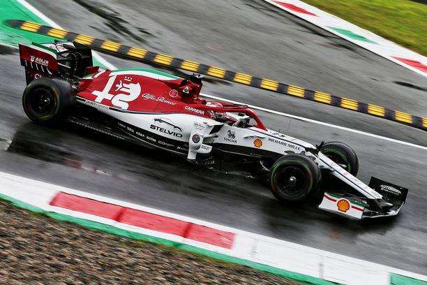 Kimi Räikkönen lipsautti Alfa Romeonsa turva-aitaan Parabolica-mutkassa.