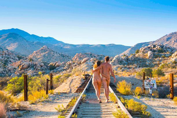 Tässä vaelletaan alasti DeAnza Springsissä Kaliforniassa.