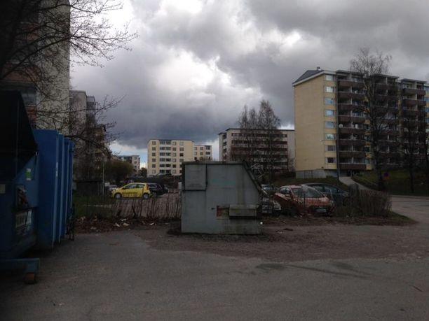 """Viveca Pitkänen kuvasi kotinsa ympäristöä tulevasta vuokran noususta tuohtuneena. Hän vitsaili vasta nyt tietävänsä, että asuu """"arvoalueella""""."""