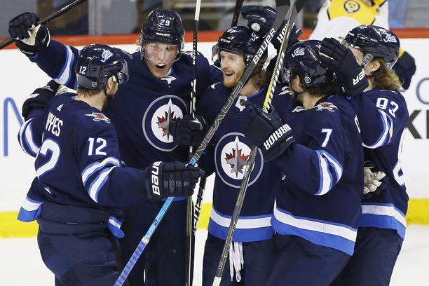 Winnipeg Jetsin pelaajat juhlimassa maalia.
