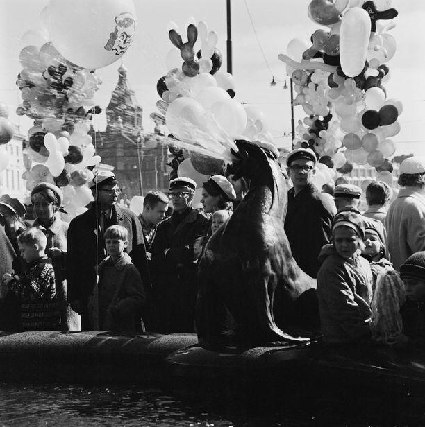 Vapunviettäjiä Havis Amanda-suihkulähteen luona Kauppatorilla vuona 1966.