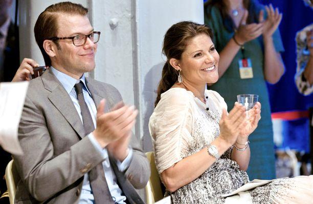 VAUVA? Kruununprinsessa Victorian vatsanseutu herätti huomioita Ruotsin kuninkaallisen tiedeakatemian tilaisuudessa tiistaina 2. elokuuta. Sekä Victoria, että Daniel esiintyivät tilaisuudessa onnea hehkuen.