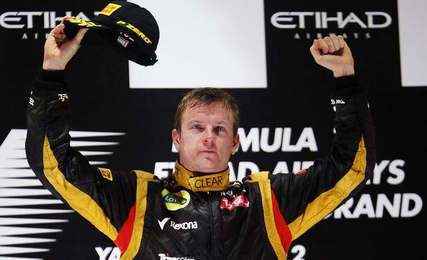 Kimi Räikkönen tuuletti voittoa Abu Dhabissa 2012. Kisa jäi mieleen Räikkösen kommenteista tiimiradioon.