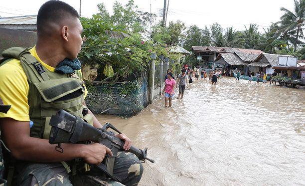Sotilas valvoi tuhojen raivaamista.