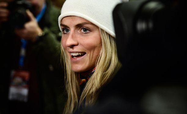 Therese Johaug edusti torstaina suksivalmistajansa Fischerin tilaisuudessa Kuusamossa.