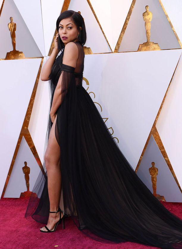 Taraji P Henson juhli Oscar-gaalassa mustassa iltapuvussa.
