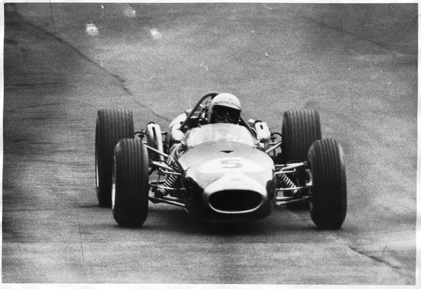 Minkä F1-tallin ohjus tässä kiitää kohti vuoden 1966 maailmanmestaruutta?