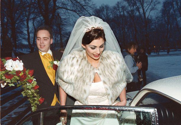 Jasmin Mäntylän ja Mike Raution häät kiinnostivat suuresti 2000-luvun alussa. Mäntylä haki eroa jo kolmen kuukauden jälkeen vihkimisestä. Rautio on myöhemmin kertonut avoimesti homoseksuaalisuudestaan. Myöhemmin Mäntylä seurusteli esimerkiksi näyttelijä Oskari Katajiston kanssa. Nykyisin hän seurustelee Jarmo-nimisen miehen kanssa.