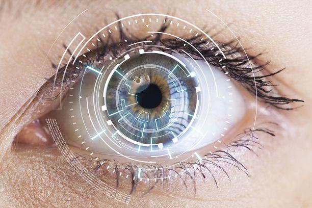 Alzheimerin taudin ensimerkkejä voidaan havaita potilaan silmästä jo paljon ennen sitä vaihetta, kun sairaus vaikuttaa arkeen.