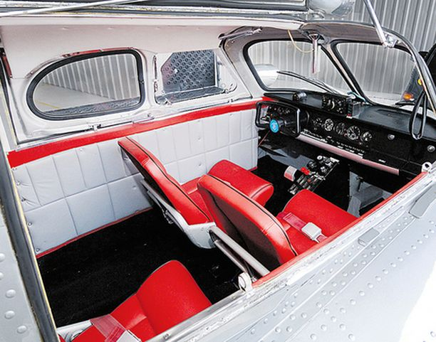 Tupolev N007:n sisustus on tyylikkäästi punaista, mustaa ja hopeaa.